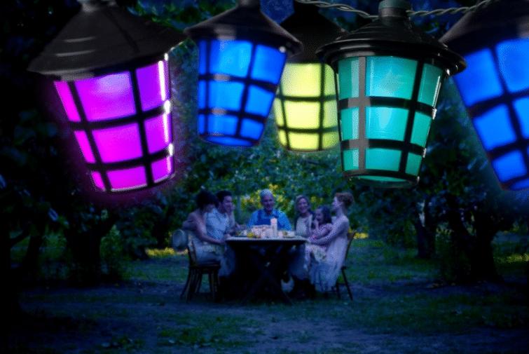 Bepaal de sfeer met feestverlichting buiten